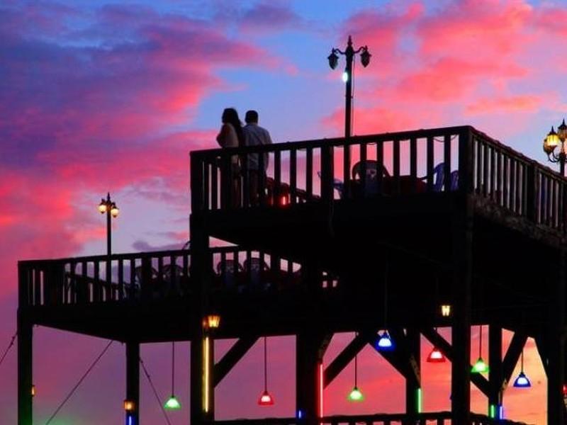 碧螺塔海上酒吧公园,国家4A级景区,坐落于北戴河最东端,北依鸽子窝公园,南临金山嘴老虎石公园,东临大海。景区三面环海,形似半岛,沙滩、礁石、松林、大海交相辉映,景色宜人,全球首家吧文化主题公园。许愿吧、发泄吧、购物吧、厕所吧,吧吧有特色,吧吧新体验。  丰富的旅游体验,游的不只是海,2017年碧螺塔海上大舞台全新改造升级大型奇幻风情表演海上生明月之谜螺传说。    现代与传统的碰撞,演绎不同的沙滩篝火。定期举办小岛迷你音乐节,在这里,放飞自我,和志同道合的朋友一起干件大事儿,在这里,青春够你浪费。